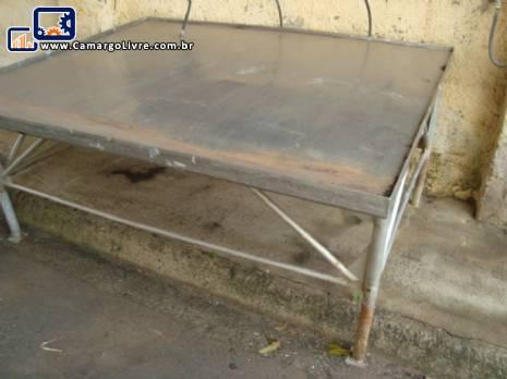 Mesa de aço inox, medindo 2,00  x 1,80 mts